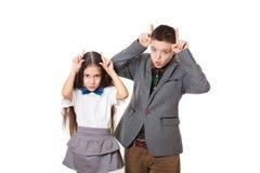 Amigos de tomadura de pelo muchacho y muchacha, hermano y hermana Foto de archivo libre de regalías