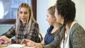 Amigos de uma comunicação da juventude que conversam a conversa da menina video estoque