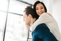 Amigos de un hombre y de una mujer que se divierten La amistad, resto, mide el tiempo junta, engaña alrededor Fotos de archivo libres de regalías