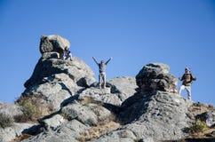 Amigos de viagem que escalam as rochas grandes em Marcahuasi fotografia de stock