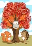 Amigos del bosque debajo de un árbol en caída Foto de archivo