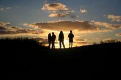 Amigos del grupo de la puesta del sol Foto de archivo libre de regalías