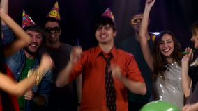 Amigos del grupo en el partido que celebra cumpleaños almacen de video