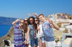 Amigos del hippie con smartphone en el palillo del selfie Foto de archivo libre de regalías