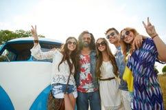 Amigos del hippie sobre el coche del minivan que muestra el signo de la paz Imagen de archivo