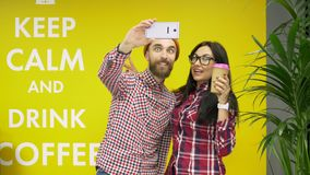 Amigos del hombre y de la mujer del inconformista de la raza mixta que hacen el selfie y que se divierten en el café almacen de metraje de vídeo