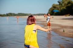 Amigos del inconformista en la playa Imagen de archivo libre de regalías