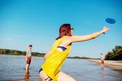 Amigos del inconformista en la playa Imagenes de archivo