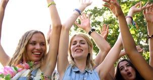 Amigos del inconformista que bailan con los brazos aumentados almacen de metraje de vídeo