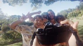 Amigos del inconformista que se divierten afuera almacen de metraje de vídeo