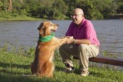Amigos del perro y del hombre fotos de archivo