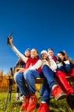 Amigos del tiroteo con el teléfono celular Fotografía de archivo libre de regalías