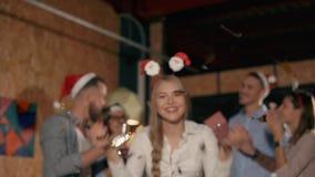 Amigos del trabajo en partido de Navidad de la noche almacen de video