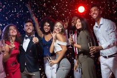 Amigos diversos felices que celebran Año Nuevo junto imagen de archivo libre de regalías