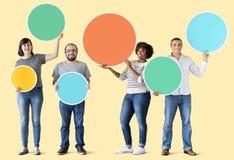 Amigos diversos que llevan a cabo la burbuja colorida foto de archivo