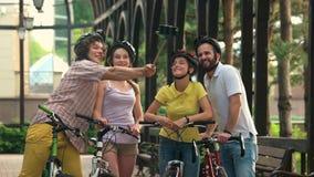 Amigos divertidos jovenes con el palillo del selfie almacen de video
