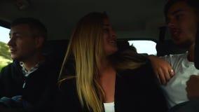 Amigos divertidos que bailan al musik como loco en la conducción de automóviles grande a las vacaciones chipre almacen de video