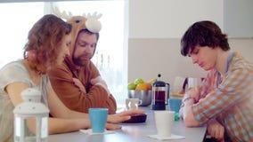 Amigos divertidos que celebran un cumpleaños almacen de video