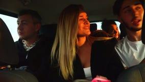 Amigos divertidos que hablan en el viaje por carretera que conduce el coche grande a las vacaciones chipre almacen de video