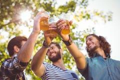 Amigos do moderno que comem uma cerveja junto fotografia de stock royalty free