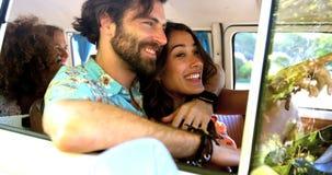 Amigos do moderno que falam dentro de uma camionete vídeos de arquivo