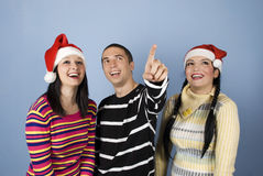 Amigos do Natal feliz que olham acima Fotografia de Stock Royalty Free