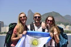 Amigos dos aficionados desportivos em Rio de janeiro que guarda a bandeira argentina. fotos de stock royalty free