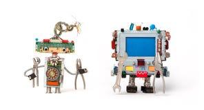 Amigos dos robôs prontos para o reparo do serviço Os caráteres robóticos engraçados com instrumento, alicates entregam chaves Azu Fotos de Stock Royalty Free