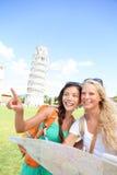 Amigos dos turistas do curso que guardam o mapa em Pisa, Itália Fotos de Stock Royalty Free