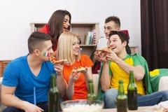 Amigos earting la pizza Fotografía de archivo libre de regalías