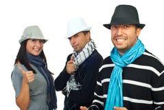Amigos elegantes alegres en sombreros imagen de archivo