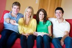 Amigos em casa foto de stock royalty free