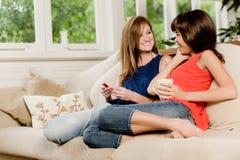 Amigos em casa fotos de stock royalty free