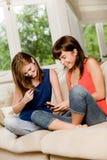 Amigos em casa imagens de stock royalty free