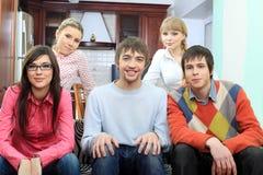 Amigos em um sofá Foto de Stock Royalty Free