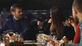 Amigos em um vinho bebendo do restaurante video estoque