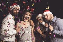 Amigos em uma bola de traje de ano novo fotos de stock