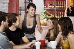 Amigos em uma casa de café fotos de stock