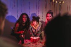 Amigos em uma festa em casa fotografia de stock