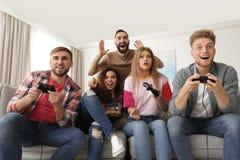 Amigos emocionais que jogam jogos de v?deo imagens de stock royalty free
