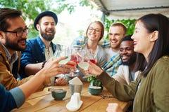 Amigos en café al aire libre Fotos de archivo