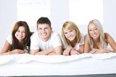 Amigos en cama Fotos de archivo libres de regalías