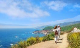 Amigos en caminar el viaje que descansa encima de la montaña Fotografía de archivo