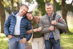 Amigos en caminata en parque del otoño Imagen de archivo