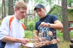 Amigos en comida campestre Imagen de archivo