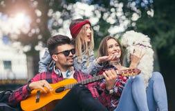 Amigos en el parque que se divierte Imagen de archivo libre de regalías