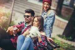 Amigos en el parque que se divierte Fotografía de archivo libre de regalías