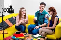 Amigos en el sofá Fotografía de archivo libre de regalías