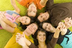 Amigos en el suelo Fotos de archivo libres de regalías