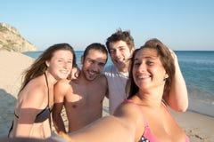 Amigos en el verano que toma un selfie Fotografía de archivo libre de regalías